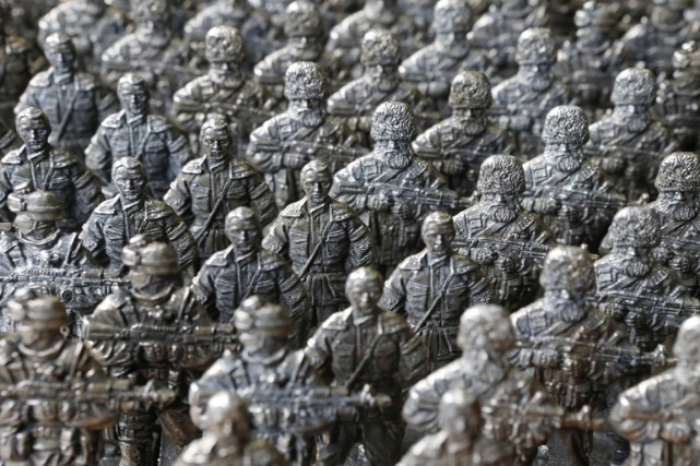 Des figurines à l'effigie des combattants séparatistes pro-russes,... (PHOTO SERGEI KARPUKHIN, ARCHIVES REUTERS)
