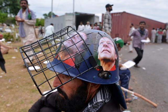 Un partisan d'Imran Khan, affublé d'un casque à... (PHOTO AAMIR QURESHI, AFP)