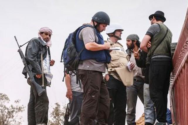 Le journaliste Steven Sotloff, en pleine action près... (PHOTO ARCHIVES AFP/L'EXPRESS)