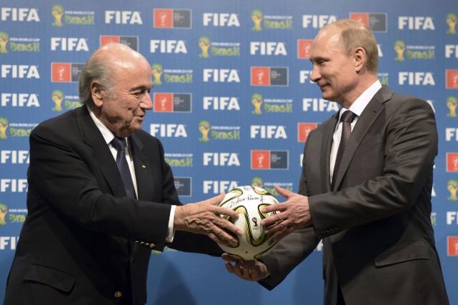 Le président de la FIFASepp Blatter remet le... (Photo RIA Novosti, Reuters)