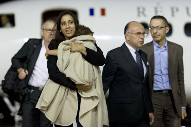 Meriam Rhaiem, sa petite Assia dans les bras,... (PHOTO KENZO TRIBOUILLARD, AFP)