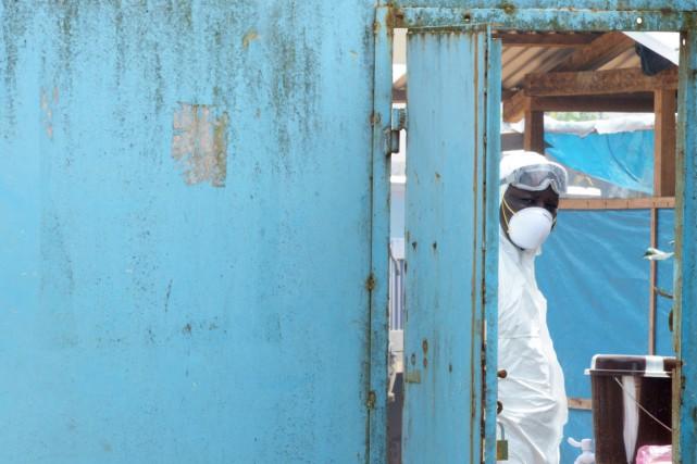 Un travailleur du milieu de la santé, protégé... (PHOTO DOMINIQUE FAGET, AFP)