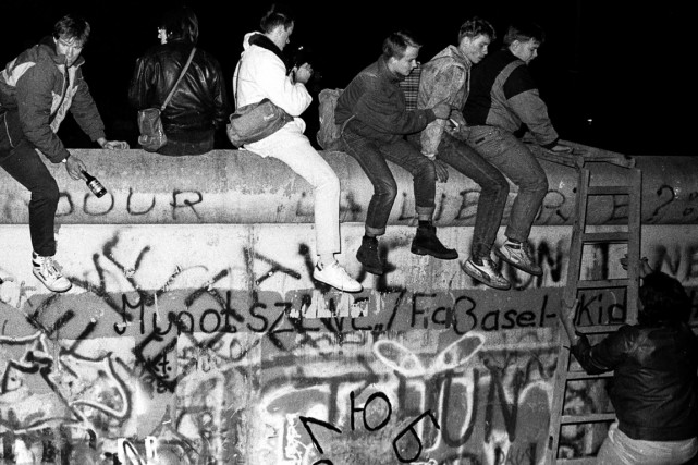 La chute du mur de Berlin, en 1989.... (PHOTO FABRIZIO BENSCH, ARCHIVES REUTERS)