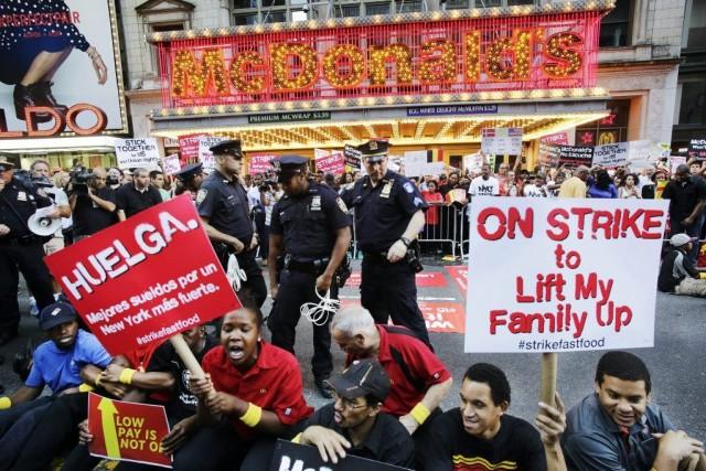 Des employés manifestent devant leMcDonald's de la 42e... (Photo Mark Lennihan, AP)