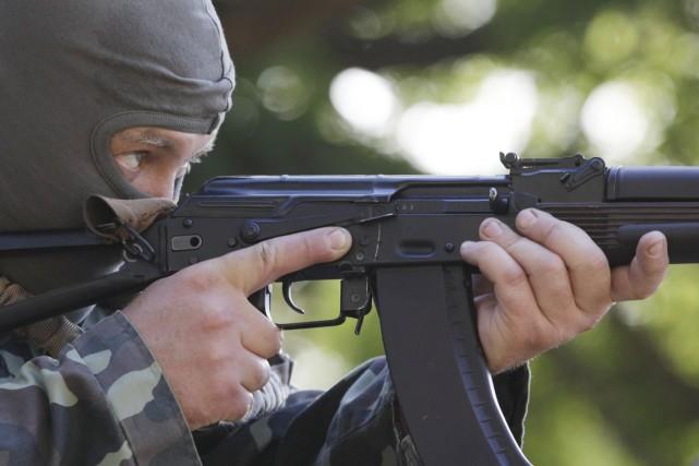 Un volontaire s'entraîne au tir à la base... (PHOTO VASILY FEDOSENKO, REUTERS)