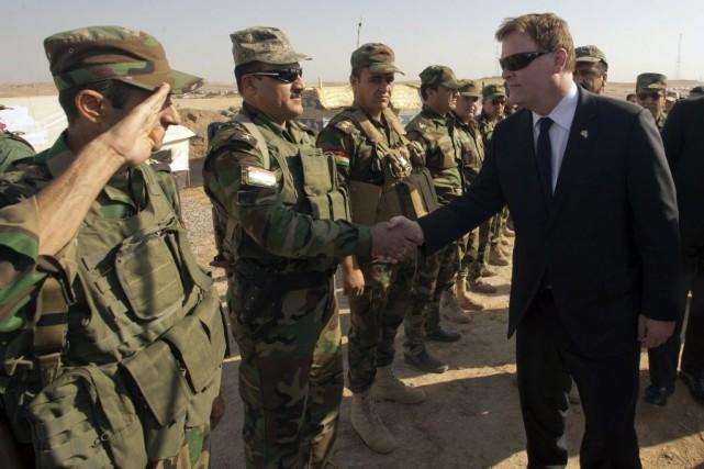 John Baird salue des soldats irakiens.... (PHOTO RYAN REMIORZ, LA PRESSE CANADIENNE)