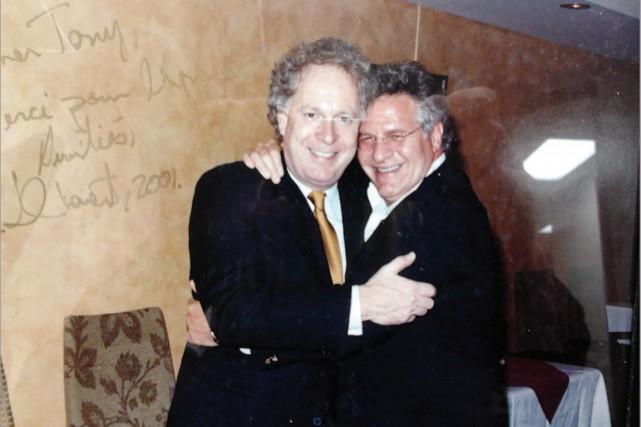 Cette photo de Tony Accurso en compagnie de... (Photo déposée devant la commission Charbonneau)