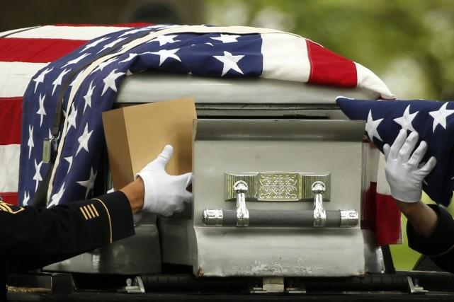 Une cérémonie militaire pour un soldat américain mort... (Photo KEVIN LAMARQUE, Reuters)