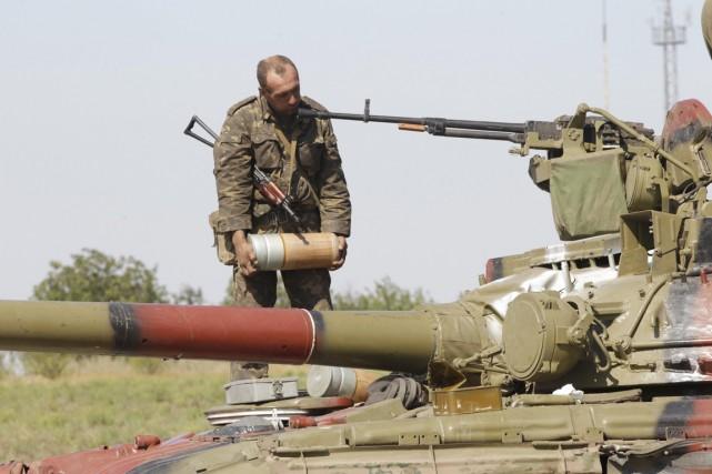 Un soldat ukrainien, un obus dans les mains,... (PHOTO VASILY FEDOSENKO, REUTERS)