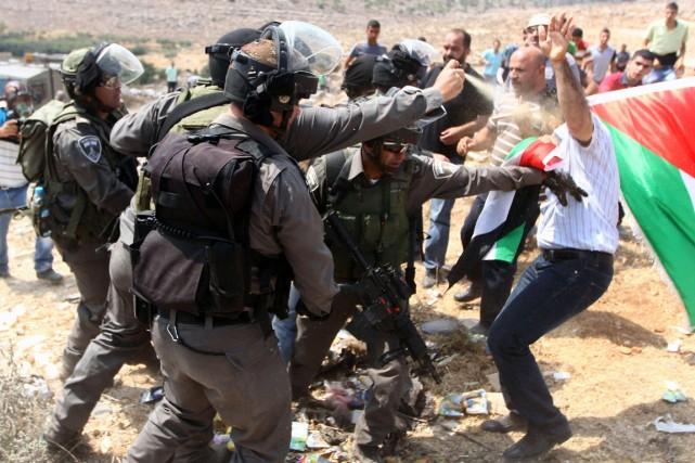Un policier anti-émeute israélien utilise du poivre de... (PHOTO MUSA AL SHAER, AFP)