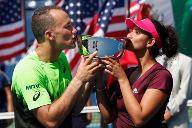 Bruno Soares et Sania Mirza embrassent le trophée... (Photo Mike Segar, Reuters)