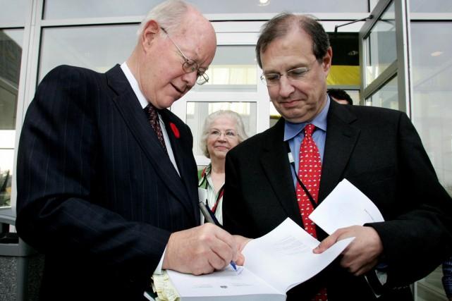 Le juge John Gomery (à gauche) a signé... (PHOTO CHRIS WATTIE, ARCHIVES REUTERS)