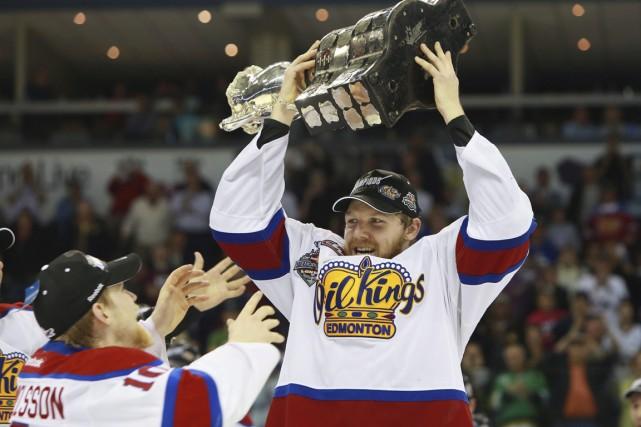 Griffin Reinhart, des Oil Kings d'Edmonton, soulève la... (Photo Dave Chidley, La Presse Canadienne)