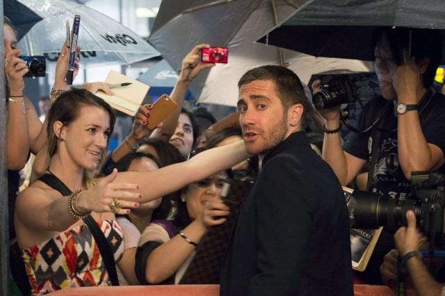 Jake Gyllenhaal salue ses fans avant la présentation... (Photo Darren Calabrese, PC)