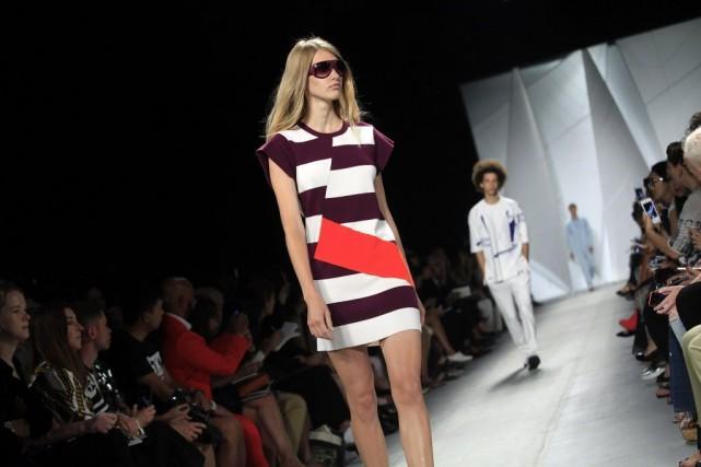 Les robes courtes sont légères et asymétriques, ou... (PHOTO Joshua LOTT, AFP)