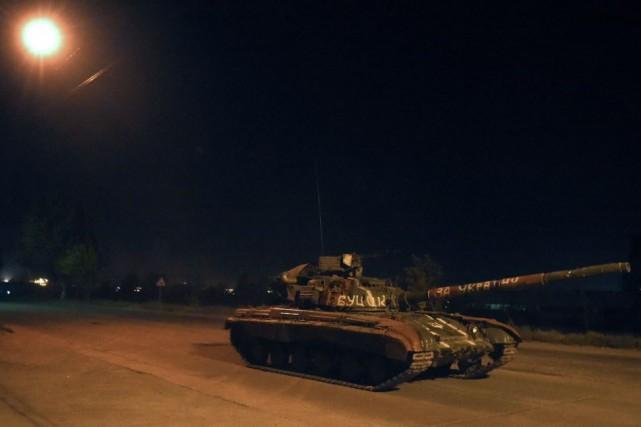 Trois tanks ukrainiens à chenilles se sont rendus... (Photo PHILIPPE DESMAZES, AFP)