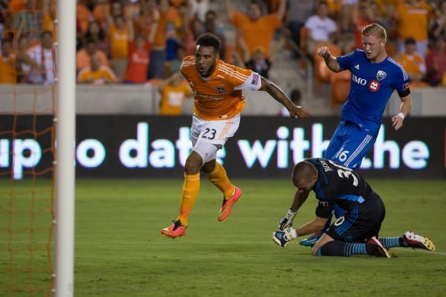 Giles Barnes marque pour le Dynamo.... (Photo Soobum Im, USA TODAY Sports)