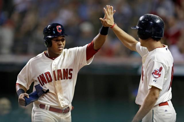 Jose Ramirez est félicité par Michael Brantley.... (Photo Mark Duncan, Associated Press)