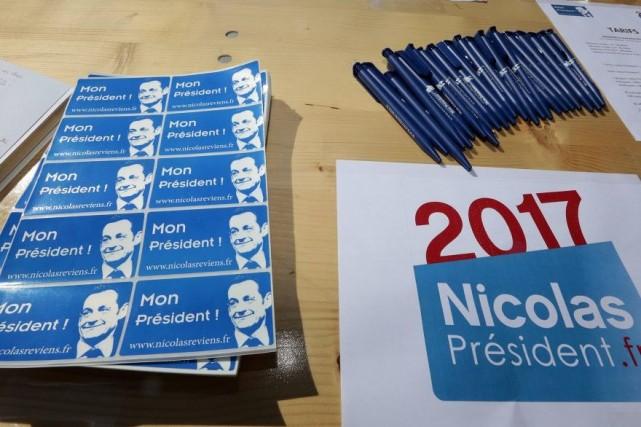 Des autocollants à l'effigie de Nicolas Sarkozy ont... (PHOTO ERIC GAILLARD, REUTERS)