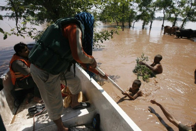 Une opération de sauvetage dans la ville pakistanaise... (Photo: Reuters)