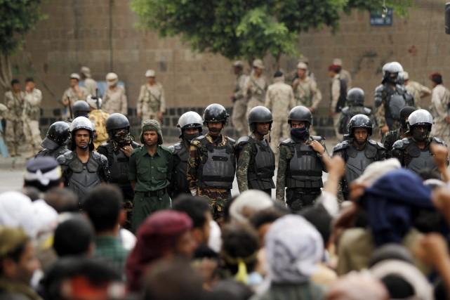Une unité antiémeute de la police yéménitesurveille des... (Photo Mohamed al-Sayaghi, Reuters)