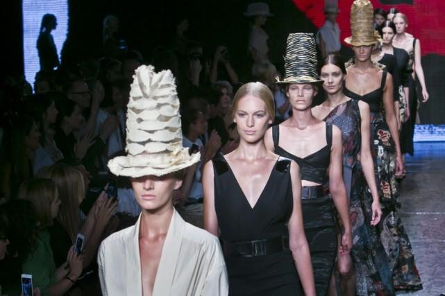Grandi par un chapeau monumental ou transformé par de légers effets de volume,... (Photo Bebeto Matthews, AP)