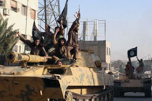 Des militants de l'état islamique lors d'une parade... (Archives AP)