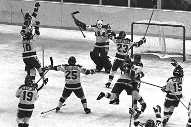 L'équipe américaine célébrant leur fameux «Miracle sur glace»,... (Archives AP)
