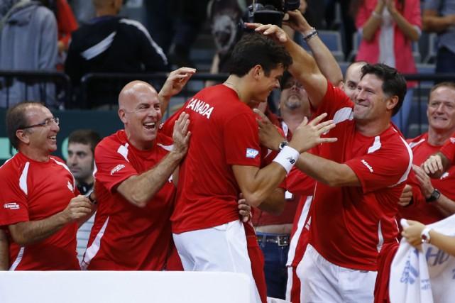 Milos Raonic est félicité par ses coéquipiers après... (Photo: Reuters)