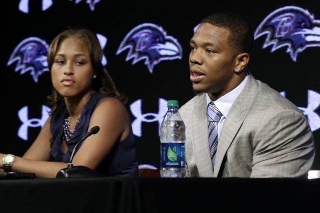Ray Rice et sa femme Janay en conférence... (Archives AP)