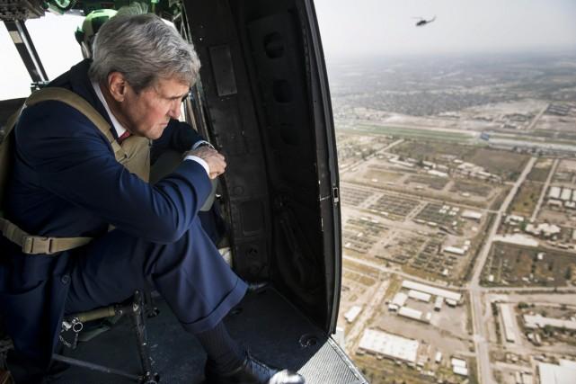 Le secrétaire d'État américain regarde Bagdad du haut... (PHOTO BRENDAN SMIALOWSKI, AP)