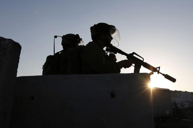 «Les soldats qui ont repéré un Palestinien tentant... (PHOTO MOHAMAD TOROKMAN, ARCHIVES REUTERS)