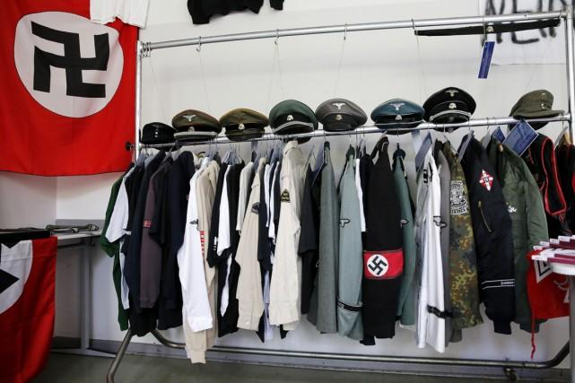Des uniformes nazis et différents articles arborant des... (PHOTO FABRIZIO BENSCH, ARCHIVES REUTERS)