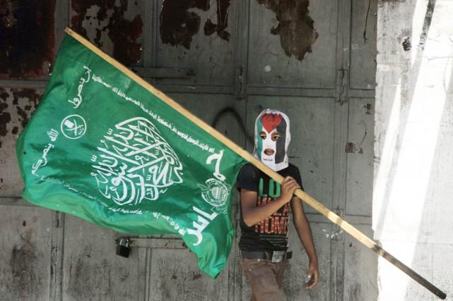 Un jeune militant palestinien, le visage masqué par... (PHOTO HAZEM BADER, ARCHIVES AFP)