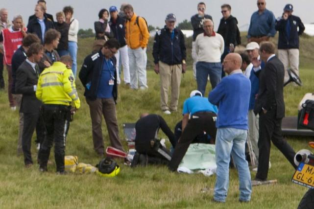 Les ambulanciers ont prodigué des soins au golfeur... (Photo Ronald Speijer, AFP)