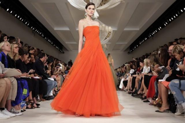 Une flamboyante robe orangée au défilé de Ralph... (Photo Richard Drew, AP)