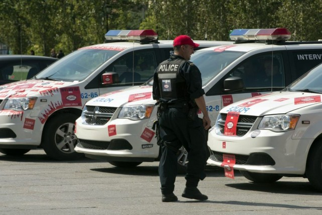 Des dizaines de policiers du groupe d'intervention du... (PHOTO Ryan Remiorz, LA PRESSE CANADIENNE)