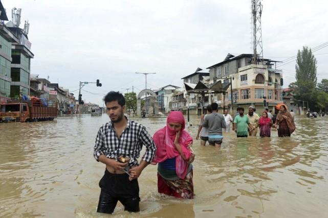 Des résidents du Cachemire quittent la ville deSrinagar,... (PHOTO TAUSEEF MUSTAFA, AFP)