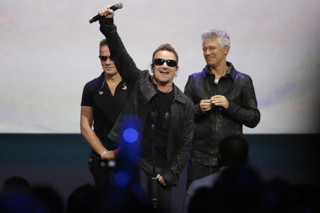 Le chanteur de U2, Bono, salue la foule... (PHOTO ARCHIVES REUTERS)