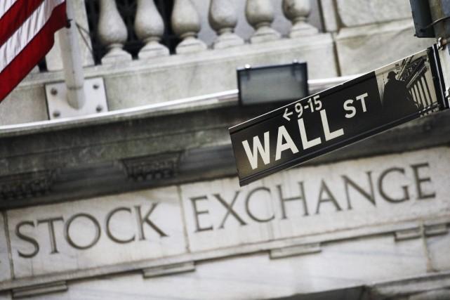Wall Street a terminé dans le rouge vendredi, les interrogations sur les... (PHOTO MARK LENNIHAN, ARCHIVES ASSOCIATED PRESS)