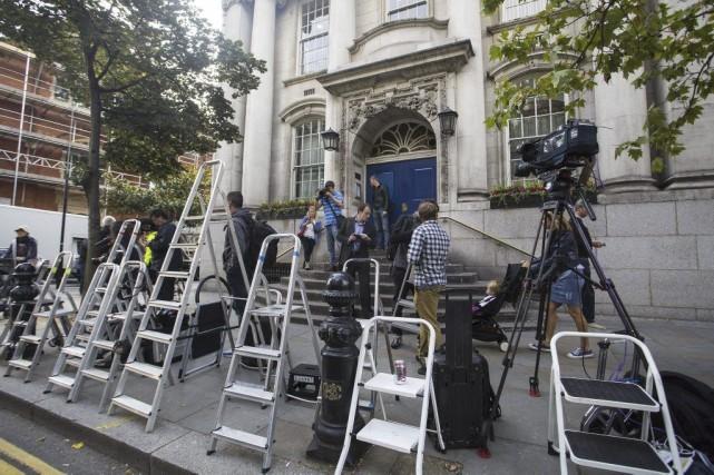 Les médias étaient agglutinés devant les portes de... (Photo: AFP)
