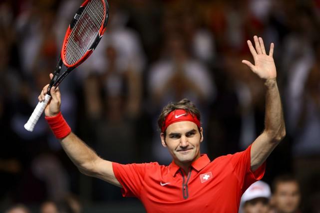 Roger Federer salue la foule après avoir procuré... (Photo Fabrice Coffrini, AFP)