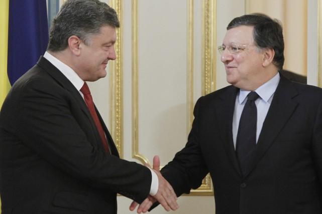Le président ukrainien Petro Porochenko (à gauche) et... (PHOTO SERGEI CHUZAVKOV, AP)