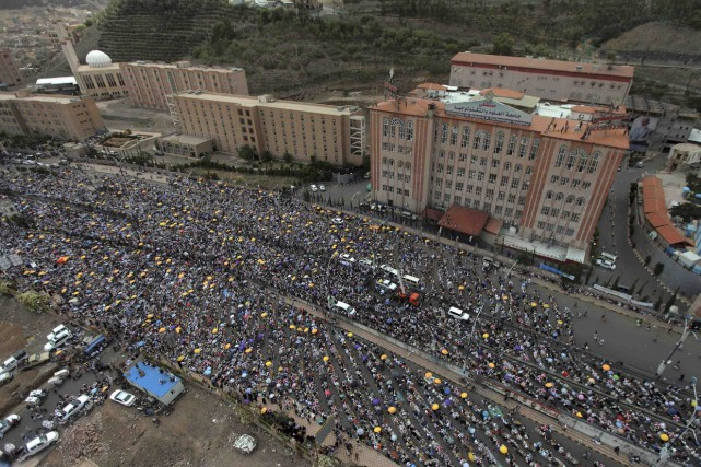 Des partisans du gouvernement ont manifesté dans les... (Photo Mohamed al-Sayaghi, Reuters)
