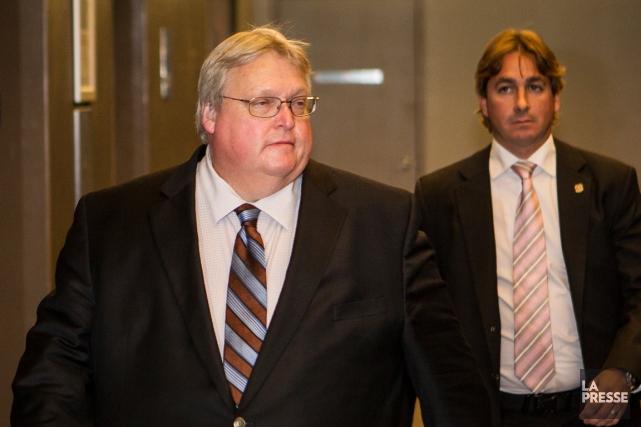 À sa sortie de la salle, le ministre... (PHOTO OLIVIER PONTBRIAND, LA PRESSE)