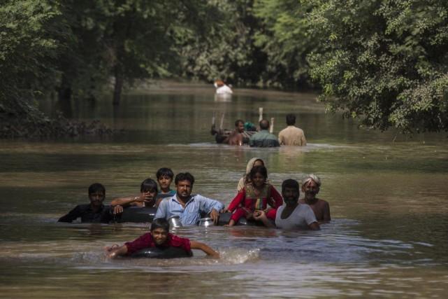 Avec le reflux des eaux viennent aussi les... (PHOTO ZOHRA BENSEMRA, REUTERS)