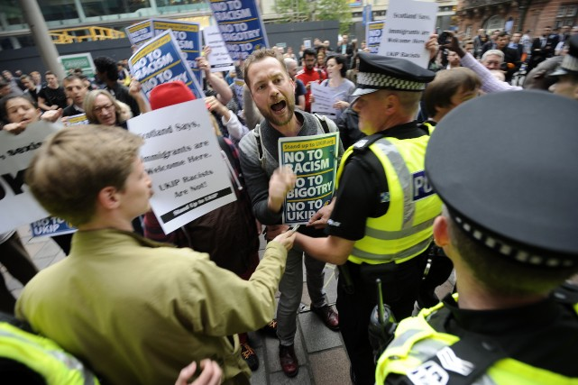 Des manifestants se sont opposés à un rassemblement... (Photo Andy Buchanan, AFP)