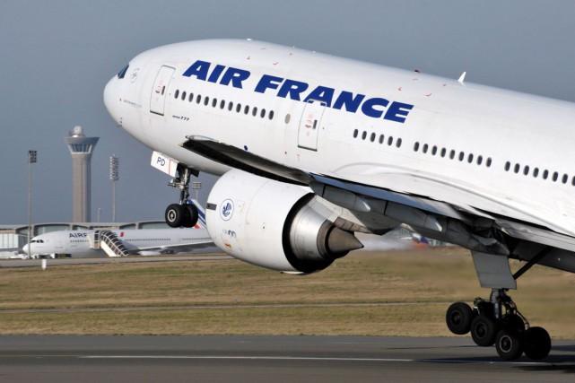 Air France conseille «à ses clients ayant réservé... (PHOTO ERIC PIERMONT, ARCHIVES AFP)