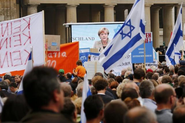 Environ 5000 personnes, selon la police, étaient réunies... (Photo THOMAS PETER, Reuters)