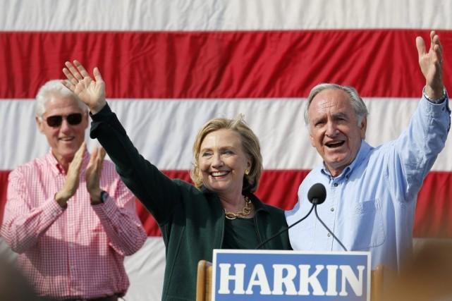 Accompagnée de son mari Bill (à gauche), Hillary... (Photo: Reuters)
